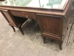 Kis méretű íróasztal