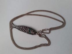 Jelzett 925-ös női ezüst nyaklánc rajta zöld kövekkel ékített hal medállal