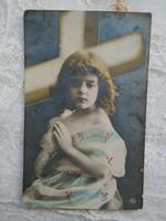 Antik, kézzel színezett fotólap/képeslap imádkozó kislány, kereszt 1910 körüli