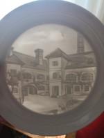 Herendi 3 dimenziós litofán tányér, a Herendi porcelánmanufaktúra épületét ábrázolja