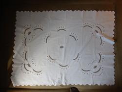 Fehér hímzett, áttört mintájú asztalterítő