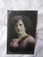 Antik, német kézzel színezett romantikus fotólap/képeslap, hölgy, virágok 1912