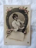 Antik, kézzel színezett romantikus fotólap/képeslap, hölgy, rózsa, titkos sorok a bélyeg alatt, 1908