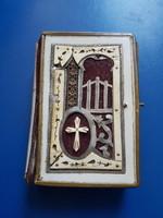 Áttört csontfedeles, fémbetétes imakönyv. A kapocs hiányzik