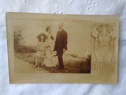 Antik, szecessziós grafikával díszített szépia fotólap család/kislány/apa/anya