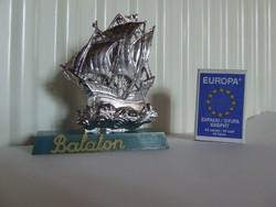 Régi, retró műanyag Balaton emlék vitorláshajó, hajós ajándéktárgy