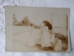 Antik fotólap, előkelő hölgyek napernyővel, vízpart
