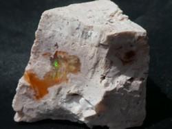 Természetes Tűzopál kristályok a Riolit kőzetben. Gyűjteménybe vagy ékszeralapanyagnak 20gramm