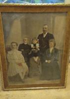 Színezett polgári családi fotó az 1870-80 -as évekből,aranyozott fa keret, nagy méretű 79 x 102 cm