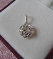Kerek ezüst medál leveles motívummal