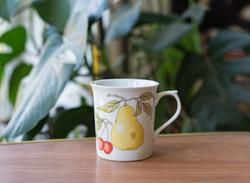 Alföldi retro porcelán gyümölcsös bögre - házgyári körtés cseresznyés csésze