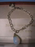 N10 Ezüstözött  Karlánc opalit szín játszó kővel 19 cm-es ajándékozhatóan