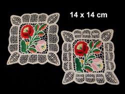 2 db Kalocsai virág mintával kézzel hímzett riselt terítő 14 x 14 cm