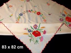 Mezei virág mintával kézzel hímzett terítő