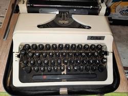 Erika írógép eredeti fekete bőr táskájában,papírjaival. 4500.-Ft
