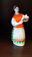 Orosz porcelán népviseletes női figura kulaccsal.  Nagyon ritka!  Mérete:18,5 cm