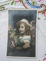 Antik, francia kézzel színezett fotólap/képeslap kislány csipke fejdísszel, virágok 1909