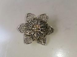 Ezüstözött fém filigrán, virág alakú bross kitűző