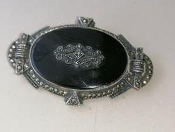 Gyönyörű onix köves díszítve ezüst bross kitűző (gyász ékszer) markazitokkal