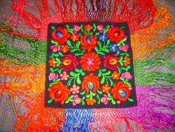 Matyó terítő selyem hímzéssel, rojtozással HIBÁTLAN