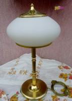 Egyedi tejüveg gomba burás asztali lámpa, réz talapzaton, modern art dekó stílus.
