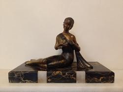 Antik art deco lány madár spiáter festett szobor nehéz márvány talapzaton 4245