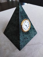 Mohazöld kőzetpiramis, óra