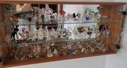 110 db üvegfigura gyűjtemény vitrinnel