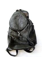 Kis méretű női bőr hátizsák.