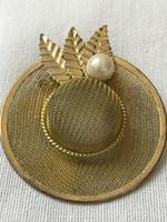 Aranyozott kalap formájú bross gyönggyel, 4 cm átmérő