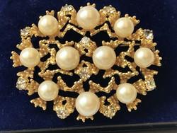 Gyönyörű bross gyöngyökkel és Swarovski kristályokkal, 5 x 4 cm!