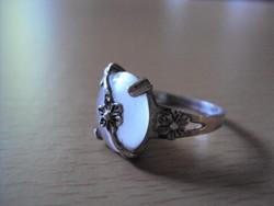 Ezüst gyűrű fehér macskaszemmel míves darab