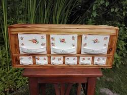 Rusztikus restaurált fűszertartó polc, pipacsos fajansz fiókokkal
