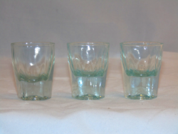 Halványkék likőrös poharak