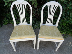 Fehér székek párban