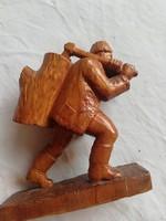 Favágó faragott fa szobor