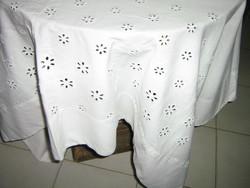 Csodaszép madeira hímzett különleges hófehér szőttes vászon terítő