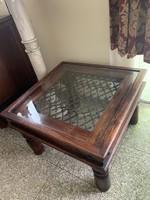 Fa dohányzóasztal kovácsoltvas üveglappal