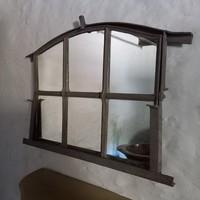 Tükör ablakkeretben