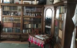 Régi egyedi sarok v. L alakú vitrin, könyvszekrény