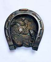 Patkó alakú bronz tálka,zsoké lovával.