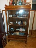 Üveges vitrin, kb.175x100x45 cm, gyönyörű, állapotban, a vitrin tartalma is benne van az árban!