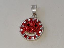 Ezüst kis mosolygós medál elején piros és fehér színű kövekkel díszítve 925