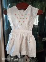 Tündéri 1-1,5 éves gyerekre való hímzett kötényruha az 1970-es évekből
