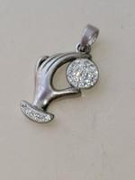 Ezüst medál, női kéz cirkonkövekkel díszítve 925