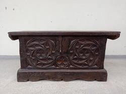 Antik gótikus motívumú faragott fa láda antik kovácsoltvas szerelékkel   4319