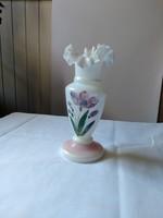 Festett, tépett aljú tejüveg váza 120-150 éves, bájos, gyűjteményi darab.