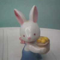 Porcelán nyuszi kantáros nadrágban és tojásokkal, nipp