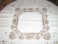 Gyönyörű kézzel horgolt szélű és betétes fehér madeira hímzett terítő