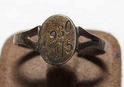 Antik (91 Éves ) Ezüst Emlék ( Pecsét Fazonú )Gyűrű, Dátum Vésettel 1930 V./ 5 Fémjelzett